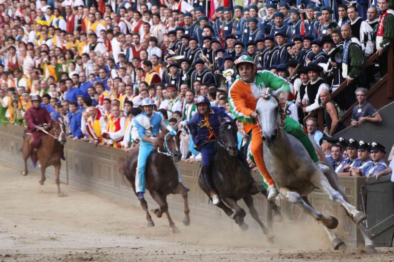 "Il ""Palio di Siena"", follia e quotidianità"
